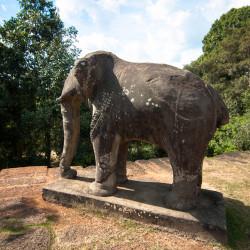 Kamenný slon v každém rohu chrámu