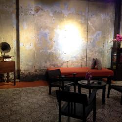Oprýskaná zeď v On On Hotelu v Phuketu